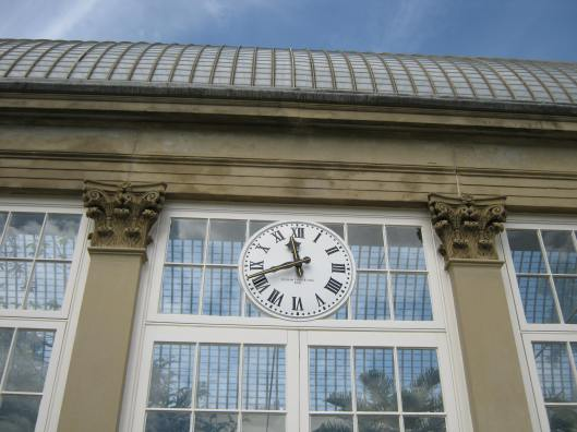 040Glass house clock