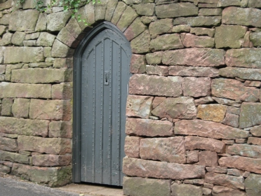 058Door in dry-stone retaining wall (640x480)