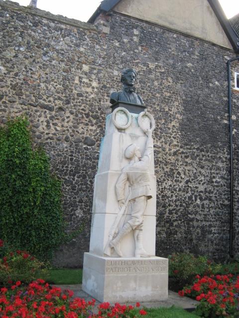 009Edith Cavell Memorial (480x640)