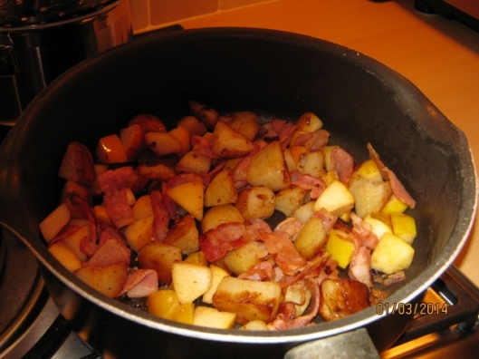 024Bacon, onion, apple and potato (640x480)