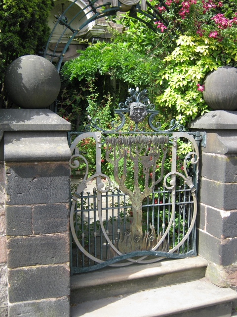 071Ornate gate 17thC house (480x640)