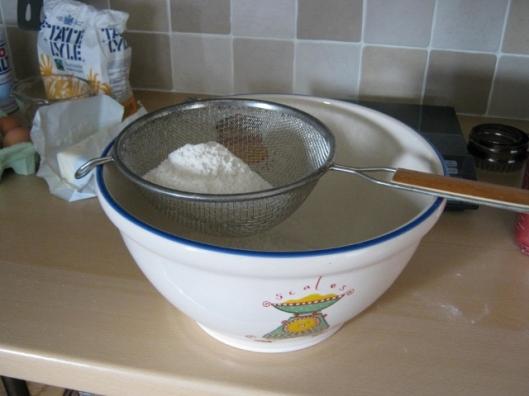 002Sift flour and salt (640x480)