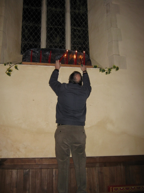 009R lighting candles (480x640)