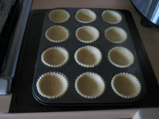 017Circles of pastry in patty pans (640x480)